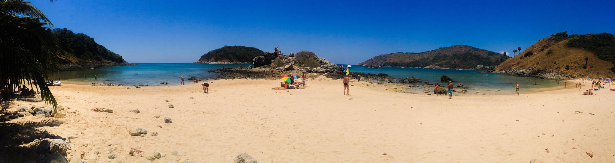 Panorama de la playa Nai Harn