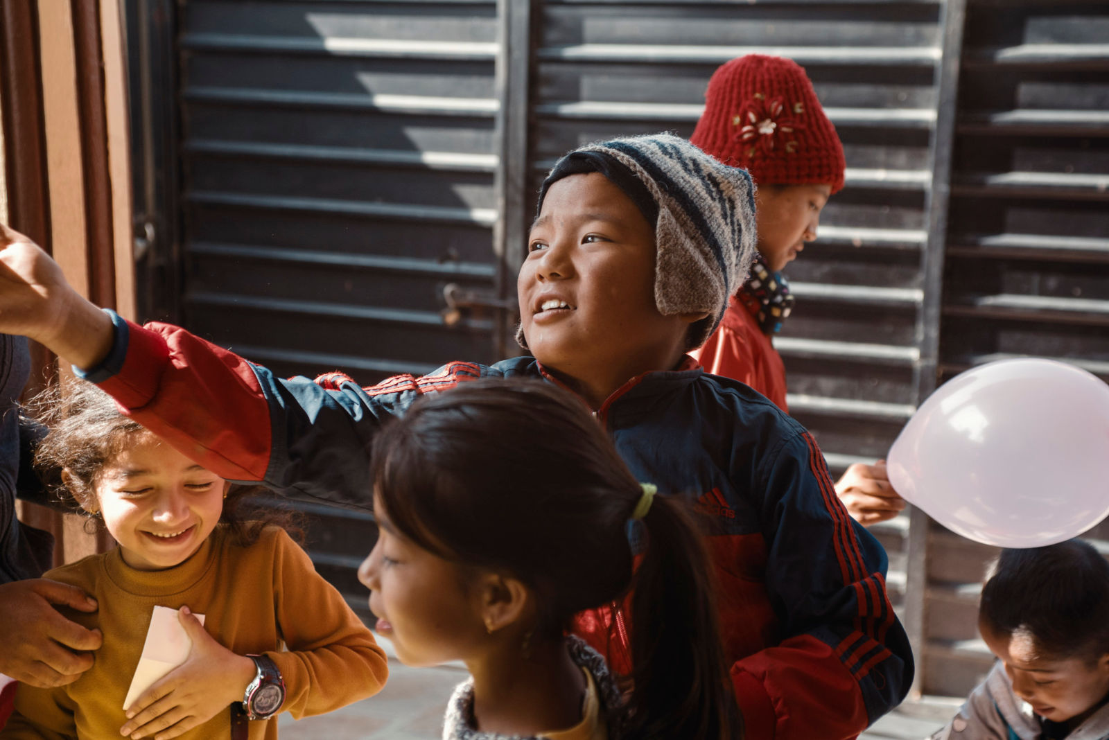 niños participan voluntariado tailandia