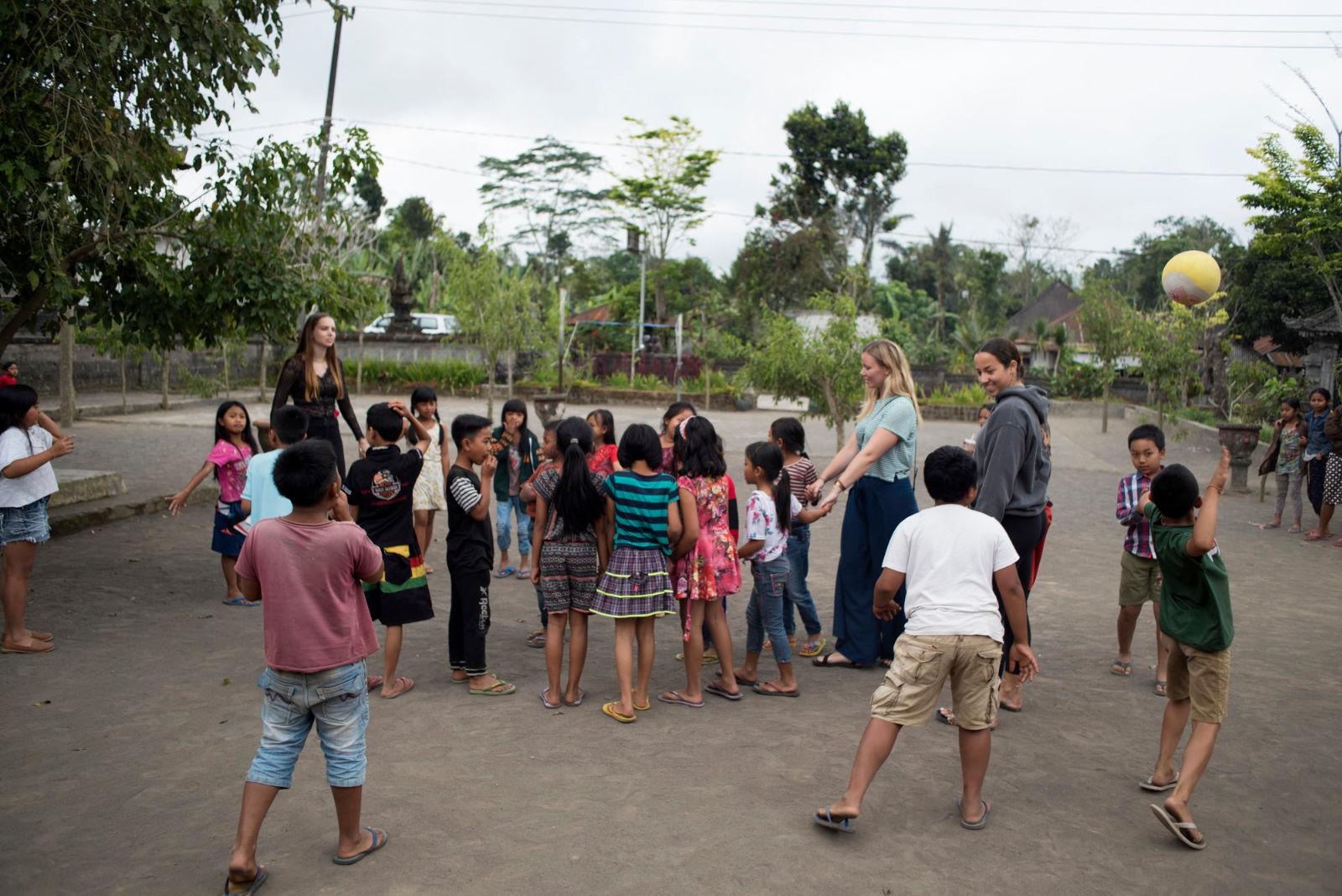 voluntariado tailandia niños jugando